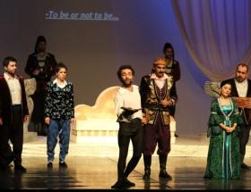 Hamlet Kürtçe konuştu