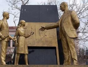 Atatürk Anıtı meydanda kalacak