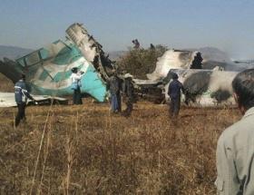 İkiye ayrılan uçakta 2 kişi öldü