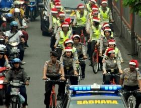 Noel şapkalı trafik polisleri