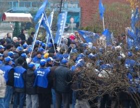 İşten çıkarılan Şişe Cam işçileri eylem yaptı