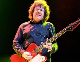 Efsane gitarist öldü