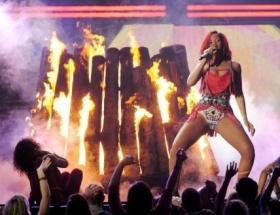 Rihanna sahneyi yaktı