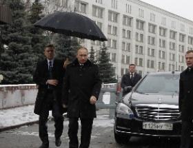 Putin kiliseye, Medvedev kayağa