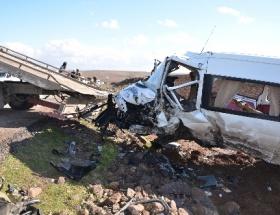 Otomobil, minibüsle çarpıştı: 2 ölü