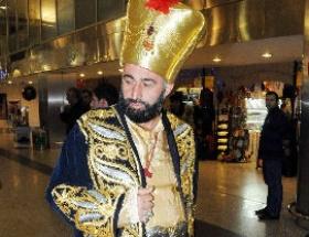 Havalimanındaki padişah ilgi odağı oldu