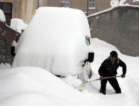 Başkalede kar 1 metreyi aştı, okullar tatil, elektrik yok