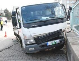 Çöp kamyonu duvara çarptı: 3 yaralı