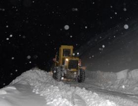 Kar temizleme araçları çığ altında kaldı