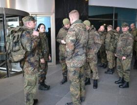 Askerler ve korucuları yemekte buluştu