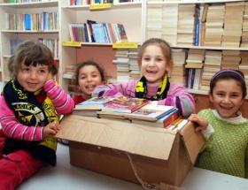 Köy okulunda Lefter kütüphanesi