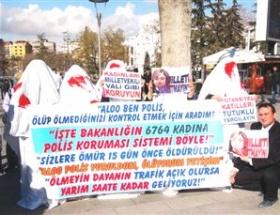 Kadınlardan kanlı kefenli protesto