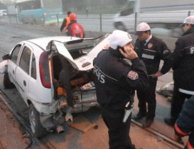 Araçlar tramvay durağına girdi: 2 yaralı