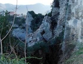 Amasra Kalesinin duvarları yıkıldı