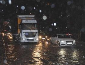 İzmirde şiddetli yağış hayatı felç etti