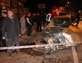 Otomobil, halk otobüsüne çarptı: 4 yaralı