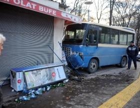 Freni patlayan minibüs büfeye girdi