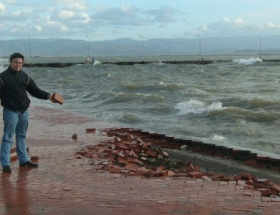 Lodos ve dalgalar kaldırım taşlarını söktü