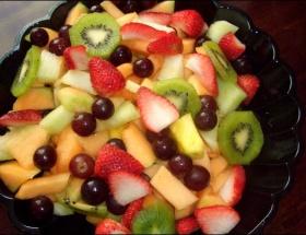 Meyve salatası yiyin