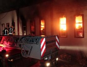 Mobilya fabrikası, çıkan yangında kül oldu