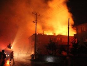 İki katlı ev ve ahır alev alev yandı