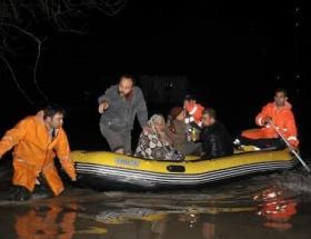 İnsanlar botlarla kurtarıldı, araçlar sele kapıldı