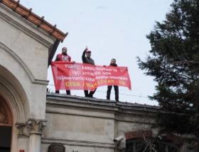 Konsolosluk çatısında işçi eylemi