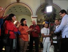 Chavezin 4. milyonuncu takipçisine ev