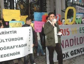 Galatasaray Lisesi önünde Kürtçe ders