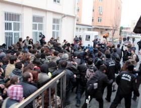 Gözaltıları protesto eden öğrenciler yürüdü