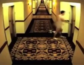 Otelde çırılçıplak