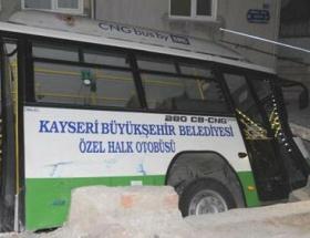 Halk otobüsü çukura düştü