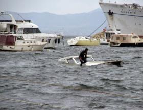 Fırtına tekneleri batırdı