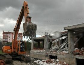 Ruhsatı verilen inşaat yıktırıldı