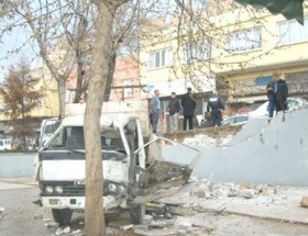 Kamyonet cami avlusuna devrildi: 3 yaralı