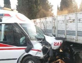 Kamyonla ambulansla çarpıştı: 3 yaralı
