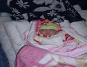 Afgan ailenin bebek sevinci