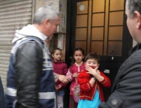 Biber gazından etkilenen çocuklara polis sahip çıktı