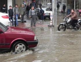 Yarım saatlik yağmur caddeleri göle çevirdi