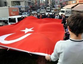 Türk bayrağı açarak slogan attılar