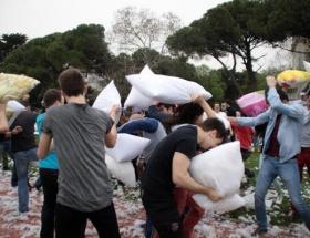 Caddebostanda yastık savaşı