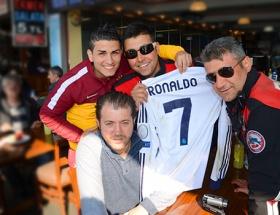 Ronaldonun formasını polisler korudu