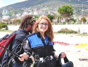 Polisler paraşütle atladı