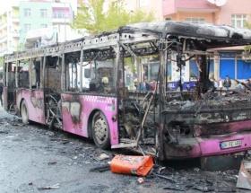 İçinde yolcu bulunan otobüse molotof