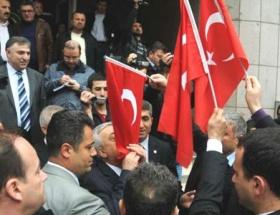 Akil İnsanlara Türk Bayraklı tepki
