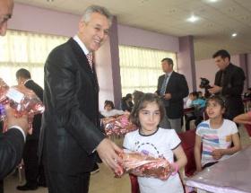 Tokat Valisi yurtlarda kalan çocukları unutmadı