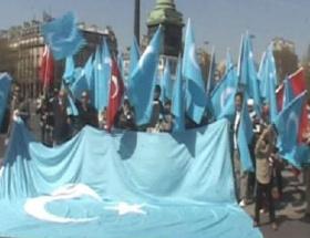 Uygur Türklerinden Pariste protesto