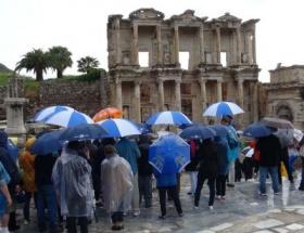 Efes Antik Kentinde yıldırım paniği