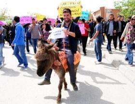 Öğrencilerden eşekli protesto